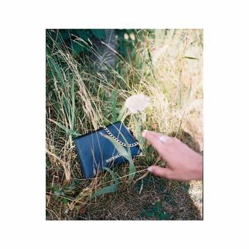 Le sac Ben pour la fête des mères ?  100% végétal, on adore 💕 bentivoglio-paris.com lonedesignclub.com  Pildora.com  Photographe : @_pwk  Assistante photographe : @paulinenogues  #bag #vegetal #slowfashion #sustainablefashion #parisianbrand #independentbrand #paris #photography #argentique #summer