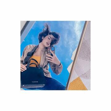 Notre iconic Woody en bois et fibre d'ananas, fabriqué à Paris et porté par @shirineboutella qu'on aime tant.  ☀️ Retrouvez le sur notre site bentivoglio-paris.com avec son acolyte le sac Ben ou le t-shirt en coton bio !  ☀️ #bag #veganbag #vegetal #sustainablefashion #ethicalfashion #ecochic #parisianbrand #paris #madeinparis #madeinfrance #ananas #bois #mode